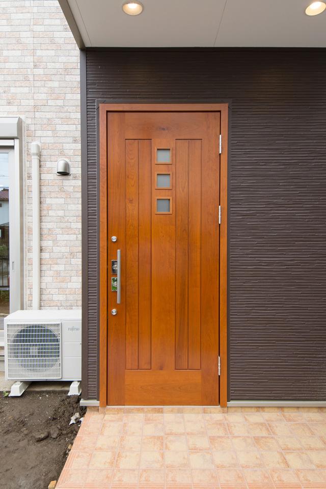 チェリーの無垢材を使ったオーダーメイドドア。質感も、存在感も高いこだわりの逸品です。