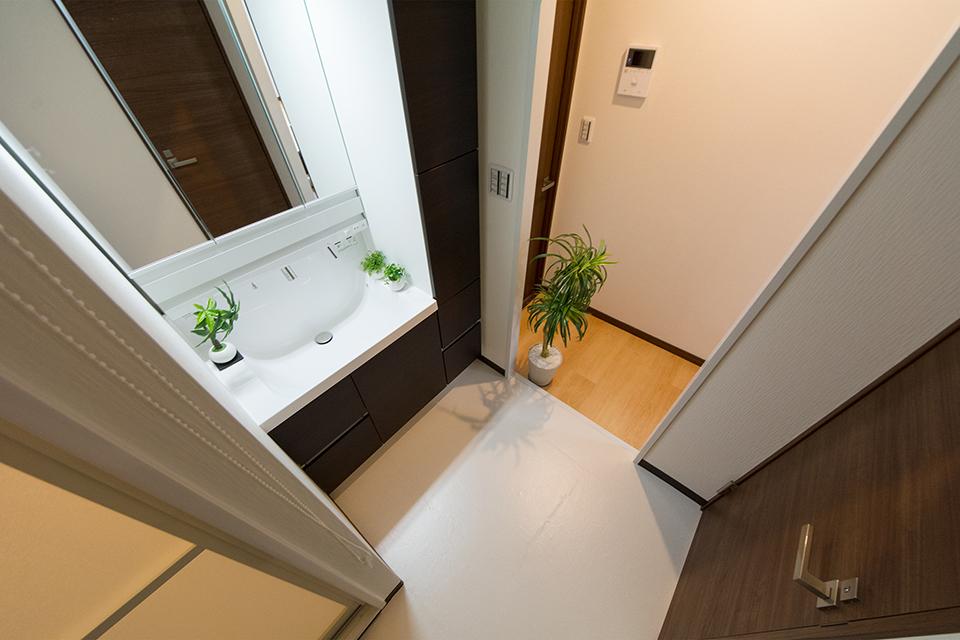 収納に便利なトールキャビネットを備えた洗面化粧台。