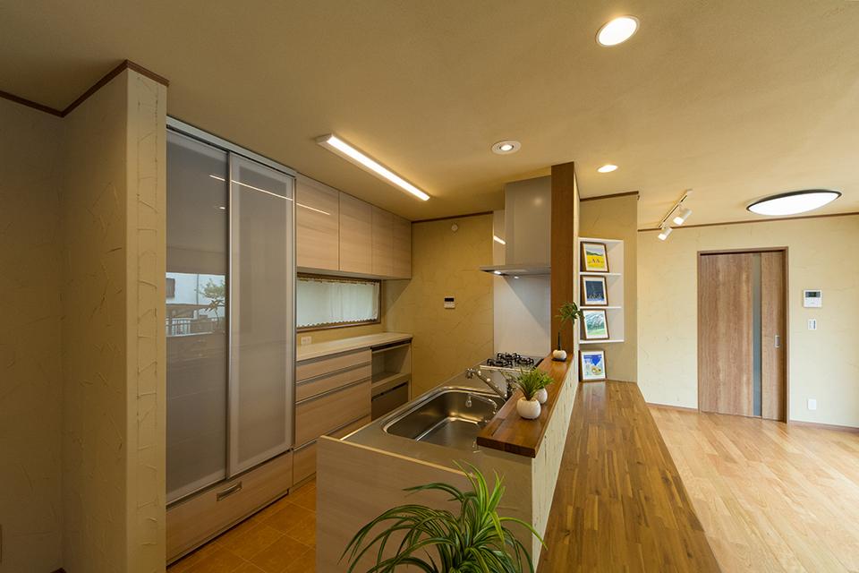 キッチン前面には、広々としたカウンターを設えました。