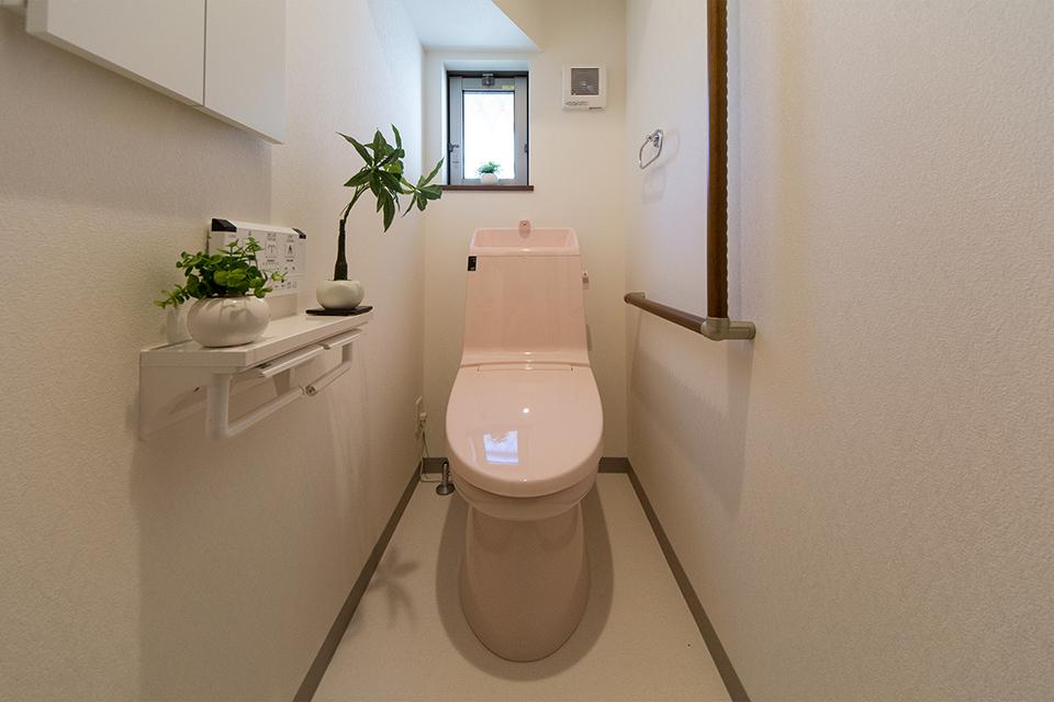 ライトピンクが可愛らしい印象の1階トイレ。