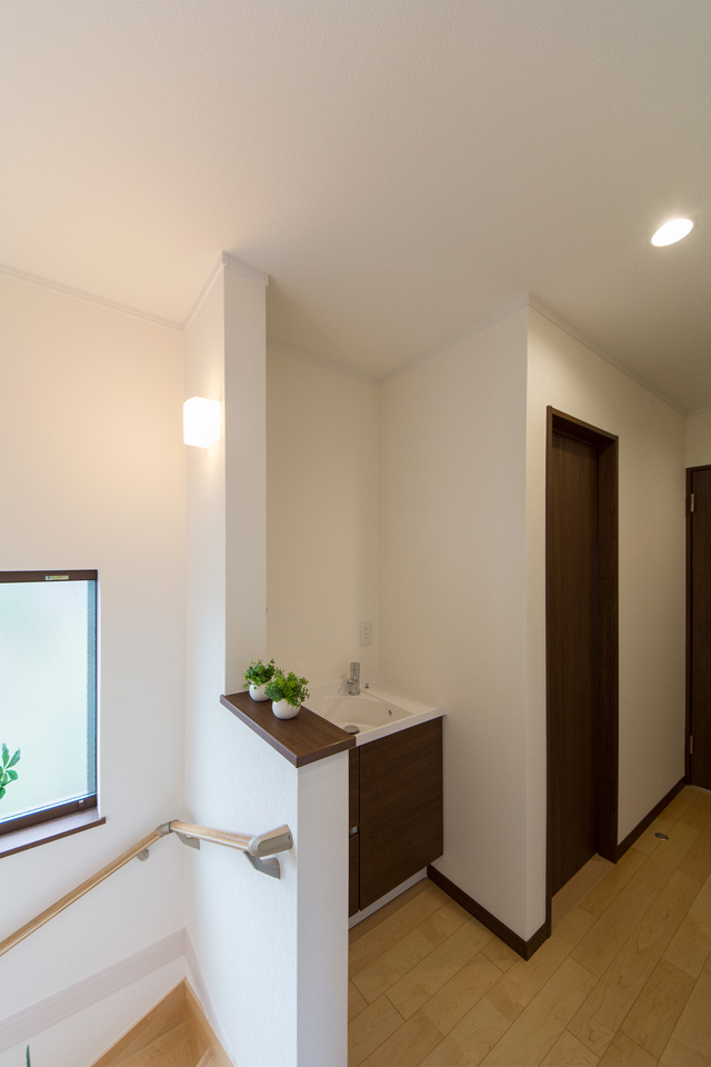 ブラウンの配色がナチュラルな雰囲気の2階洗面化粧台。