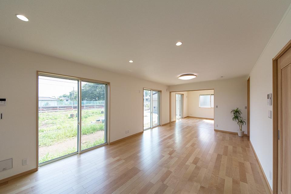 大きな窓から光が降り注ぎ、明るく開放的な空間に。