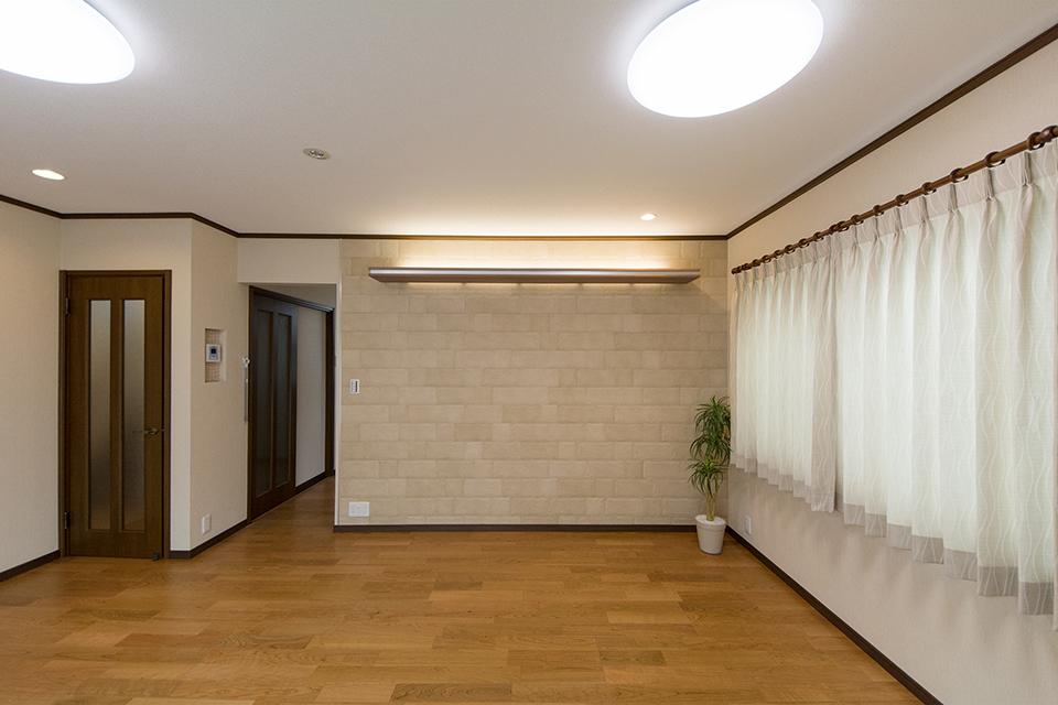 贅沢に壁一面にあしらったエコカラットがナチュラルな雰囲気を演出。