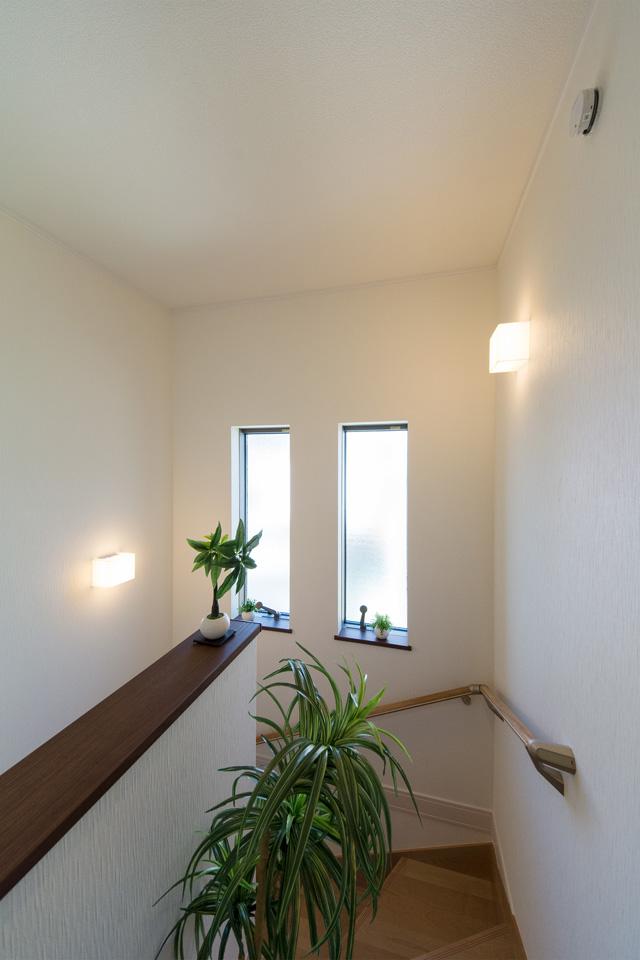 大きな窓をしつらえた、明るく開放感のある東側階段。