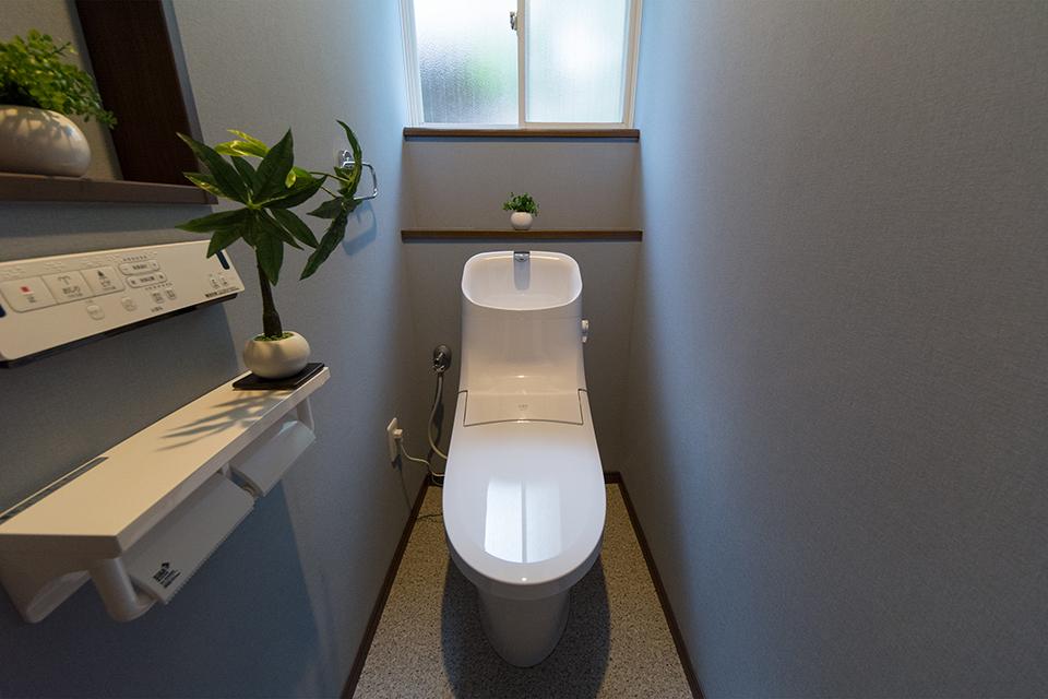 シックな印象に仕上がった1階トイレ。