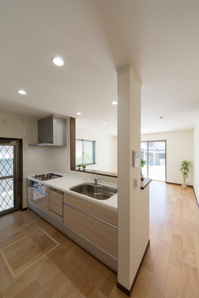 白を基調とした清潔感のある東側キッチンスペース。