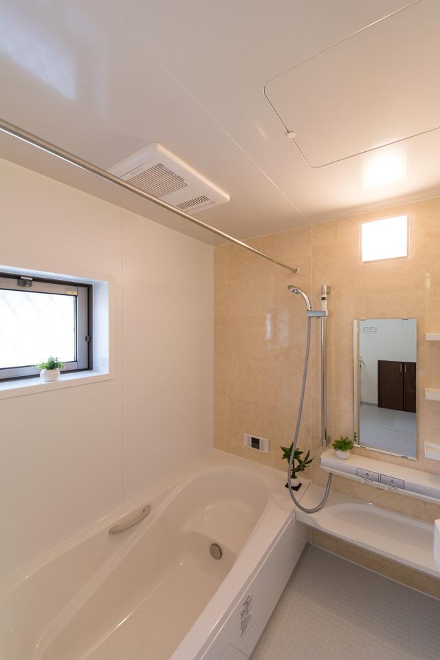 自然な配色のアクセントパネルを使用した東側バスルーム。心地良い穏やかな空間に。