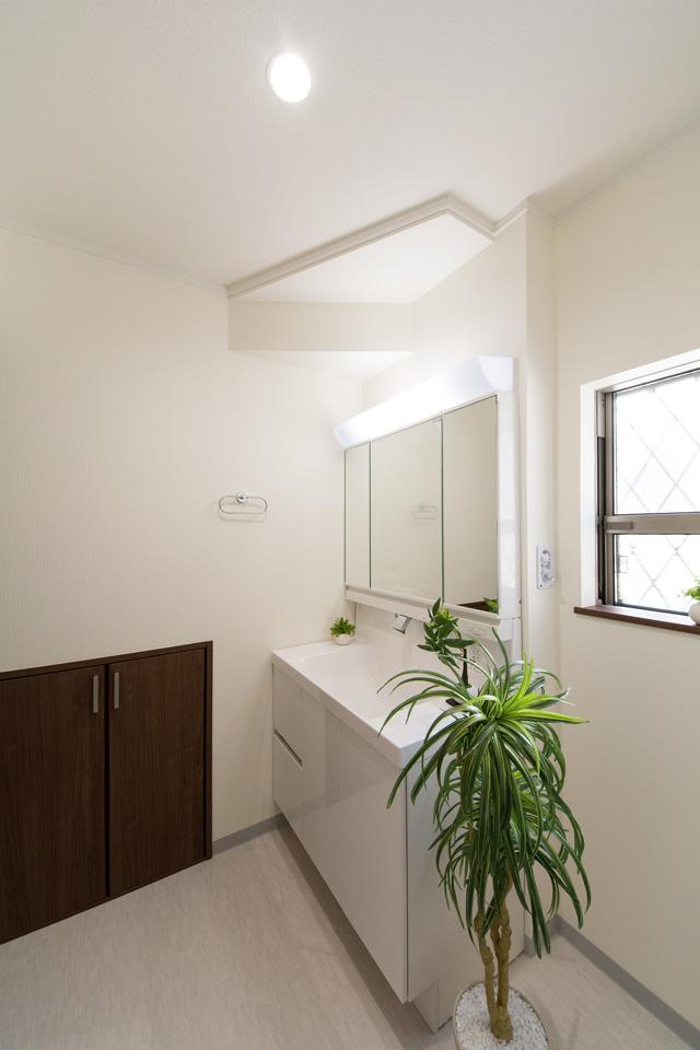 白を基調とした清潔感のある東側サニタリールーム。