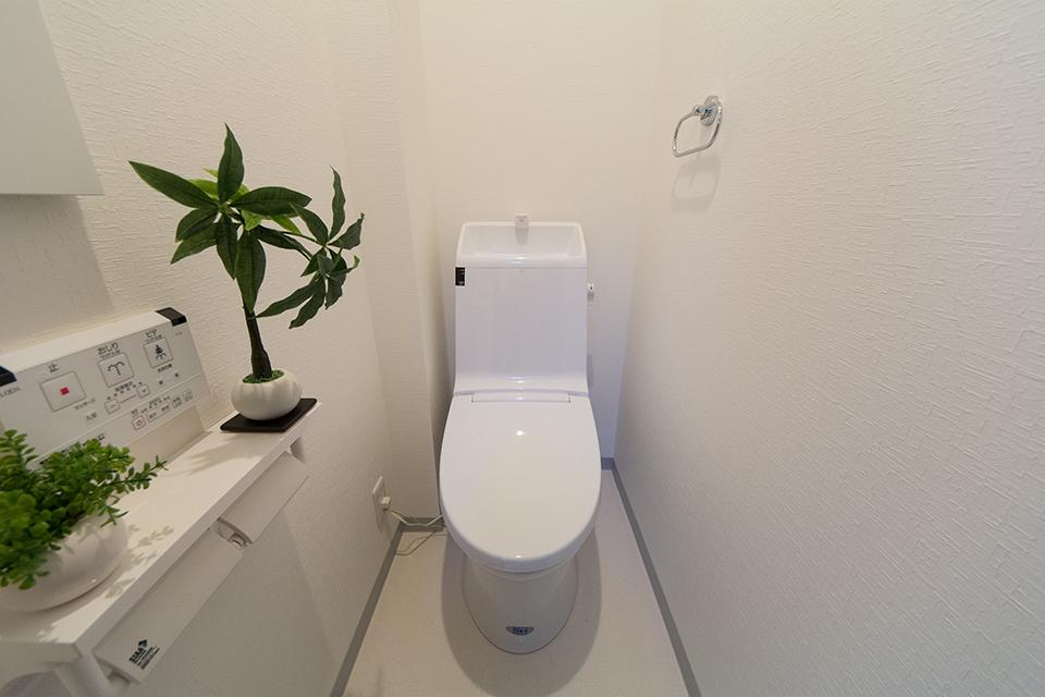 白を基調とした清潔感のある東側1階トイレ。