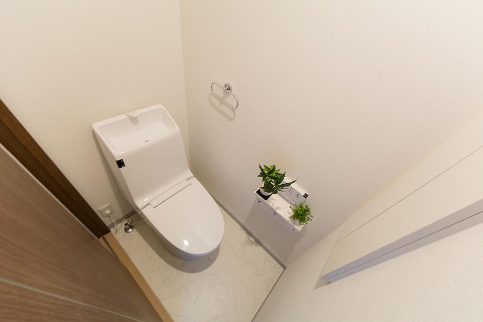 白を基調とした清潔感のある東側2階トイレ。