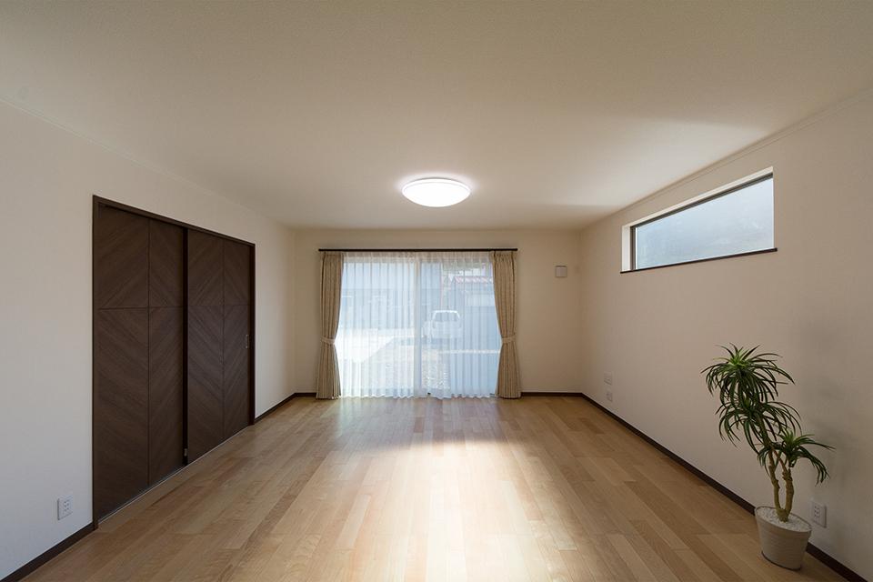 穏やかな木目と緻密な木肌が印象的なバーチのフローリングがウォルナット調の建具と相まって、ナチュラルな空間を演出。