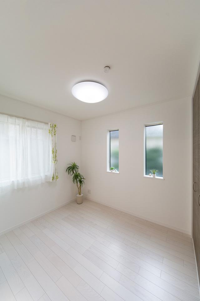 1階洋室。ホワイトアッシュのフローリングが優しくナチュラルで洗練された空間を演出します。