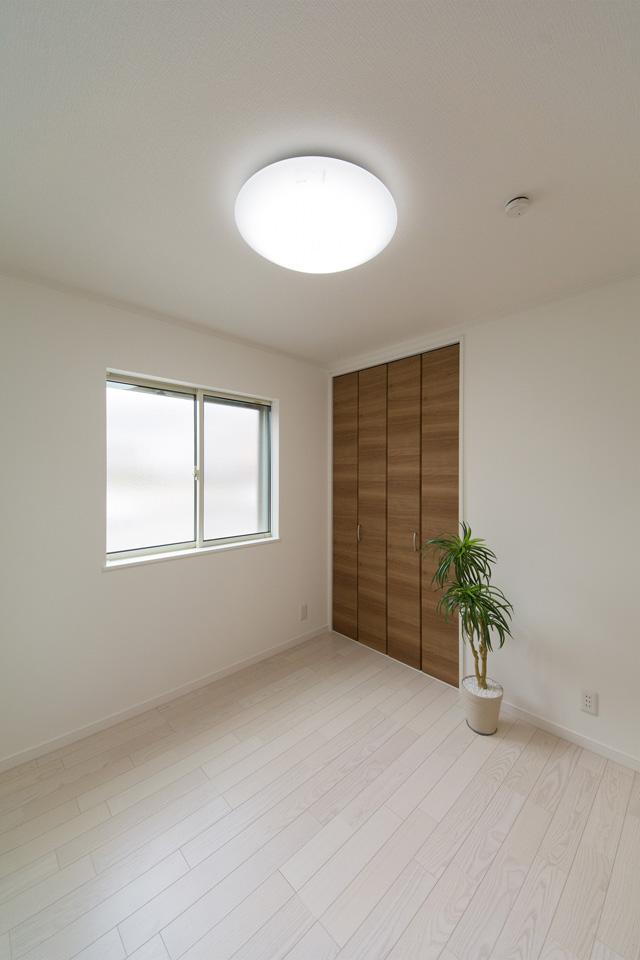 1階洋室。ホワイトアッシュのフローリングとチェリー調の建具がナチュラルな雰囲気を演出。