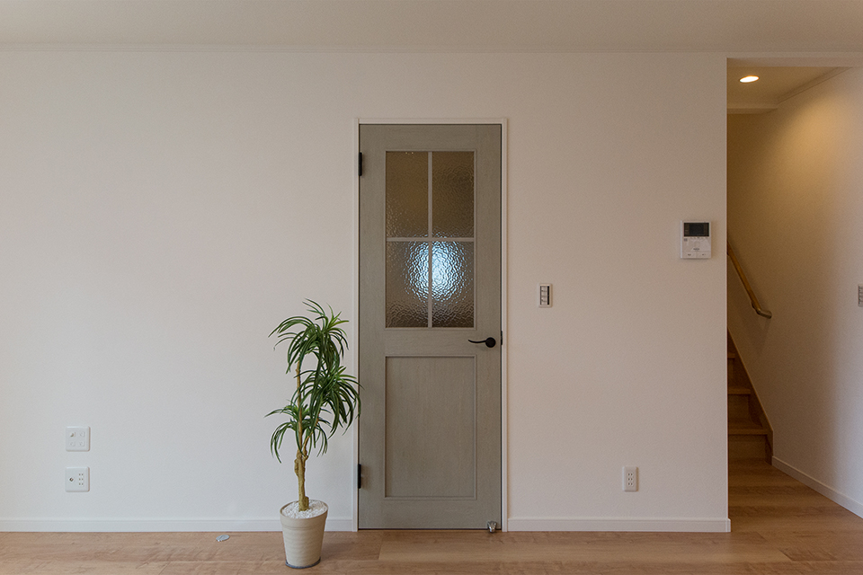グリーンペイント調のシャビー感ある建具が、より一層雰囲気を盛り上げます。