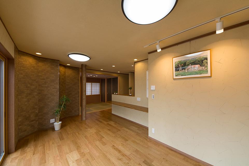壁・天井は珪藻土を使用したスパニッシュパターンの塗り壁。健康にも優しく、シックで落ち着いた雰囲気に仕上がりました。