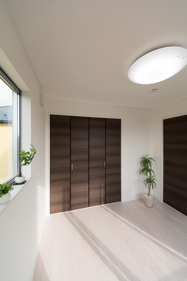 3階洋室。ホワイトアッシュのフローリングが優しくナチュラルで洗練された空間を演出します。