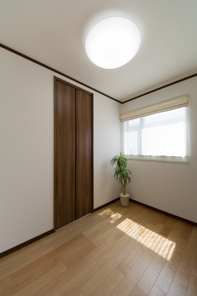 1階洋室。リビング同様ナチュラルな雰囲気に仕上がりました。