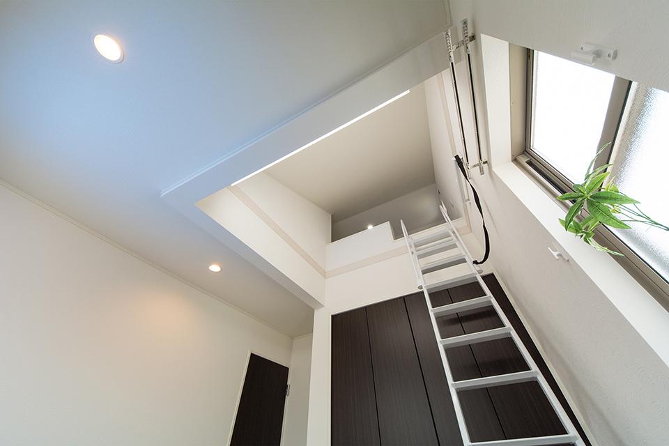 収納に便利なロフトを設えた2階洋室。