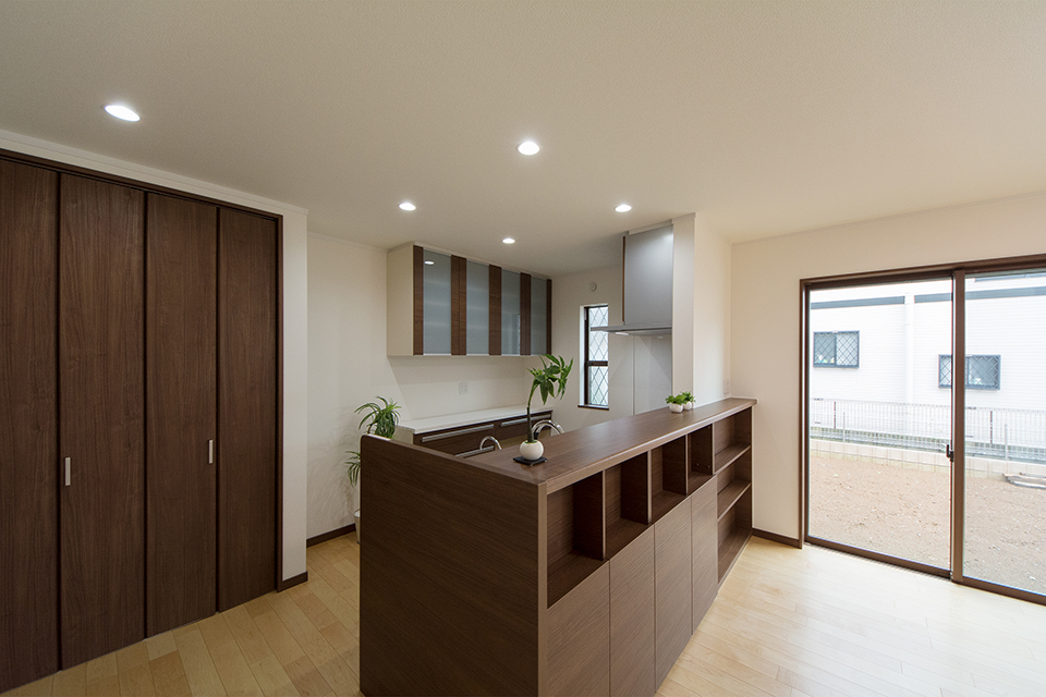 キッチンカウンター下部は収納に便利な棚になってます。