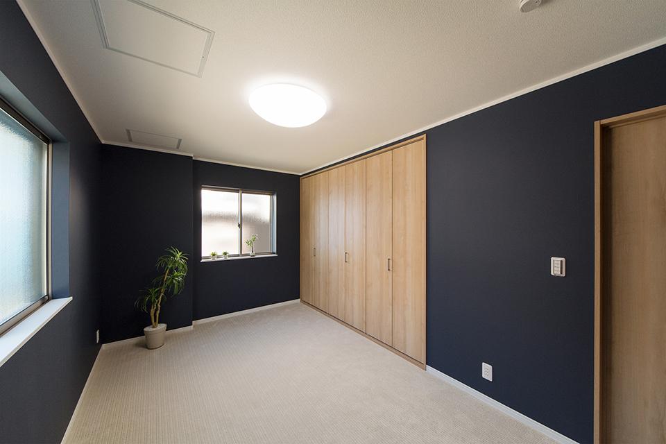 カーペット張りにした主寝室。アクセントクロスと相まって、シックな雰囲気を演出。