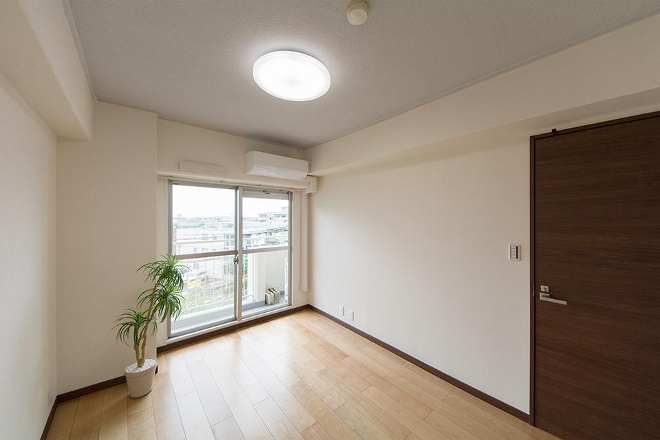 南側洋室-リビング同様、明るく開放感のある空間に。