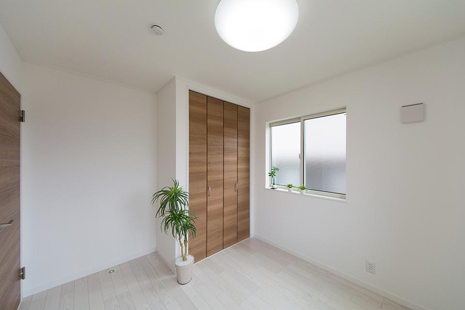2階洋室。ホワイトアッシュのフローリングとチェリー調の建具がナチュラルな雰囲気を演出。