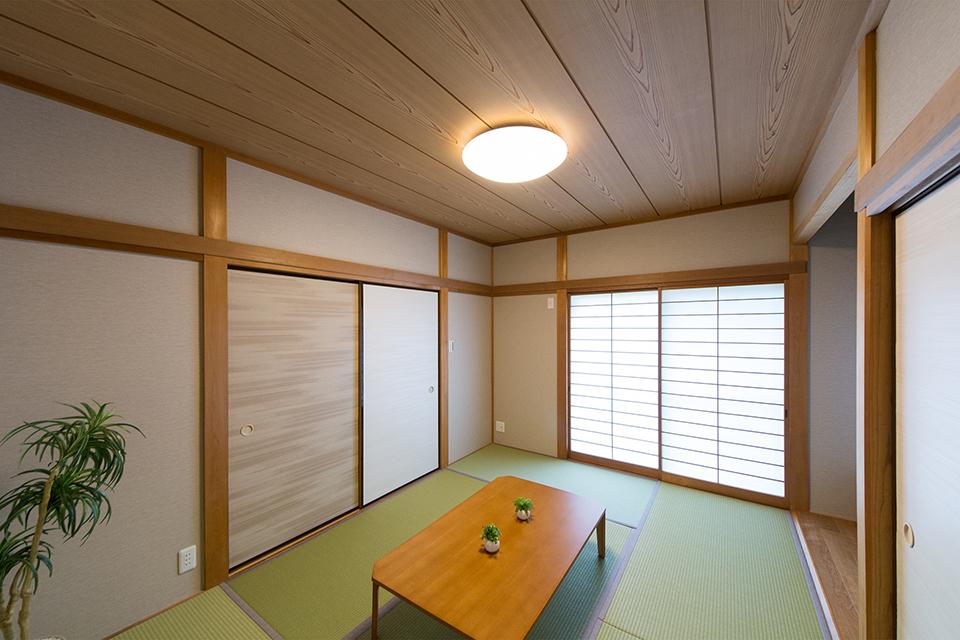 畳のさわやかなグリーンが空間を彩る寛ぎの和室。