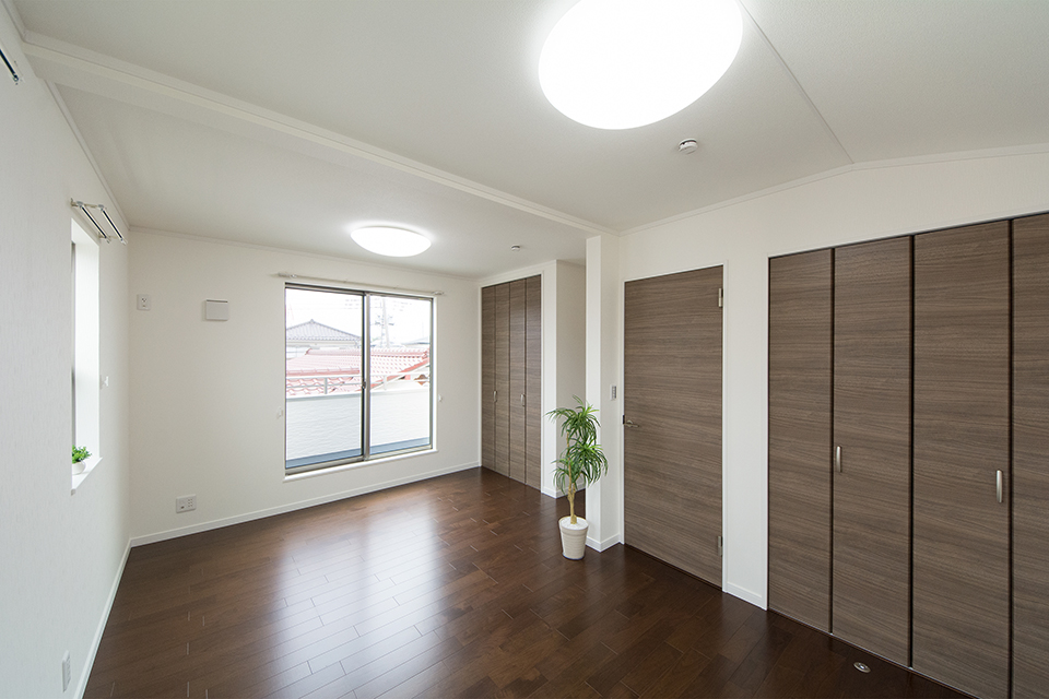 2階洋室-ブラックウォルナットのフローリングと白いクロスがメリハリのある空間を演出。