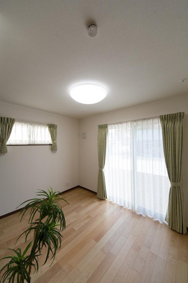 1階洋室。リビング同様ナチュラルな雰囲気に。