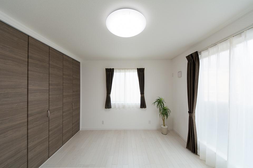 2階主寝室。ホワイトアッシュのフローリングが優しくナチュラルで洗練された空間を演出します。