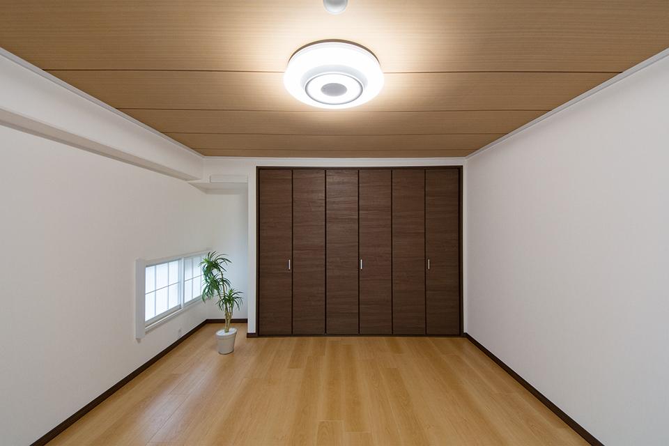 北側洋室-ダークブラウンの建具とフローリング、天井がナチュラルな空間を演出。