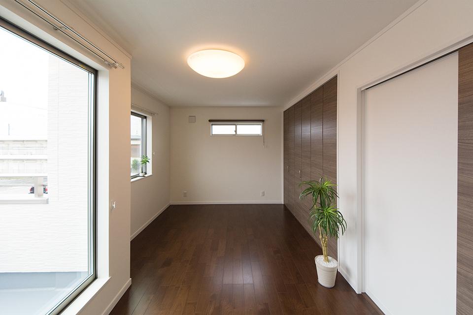 2階洋室-ディープな配色がシックで落ち着きのある空間を演出。