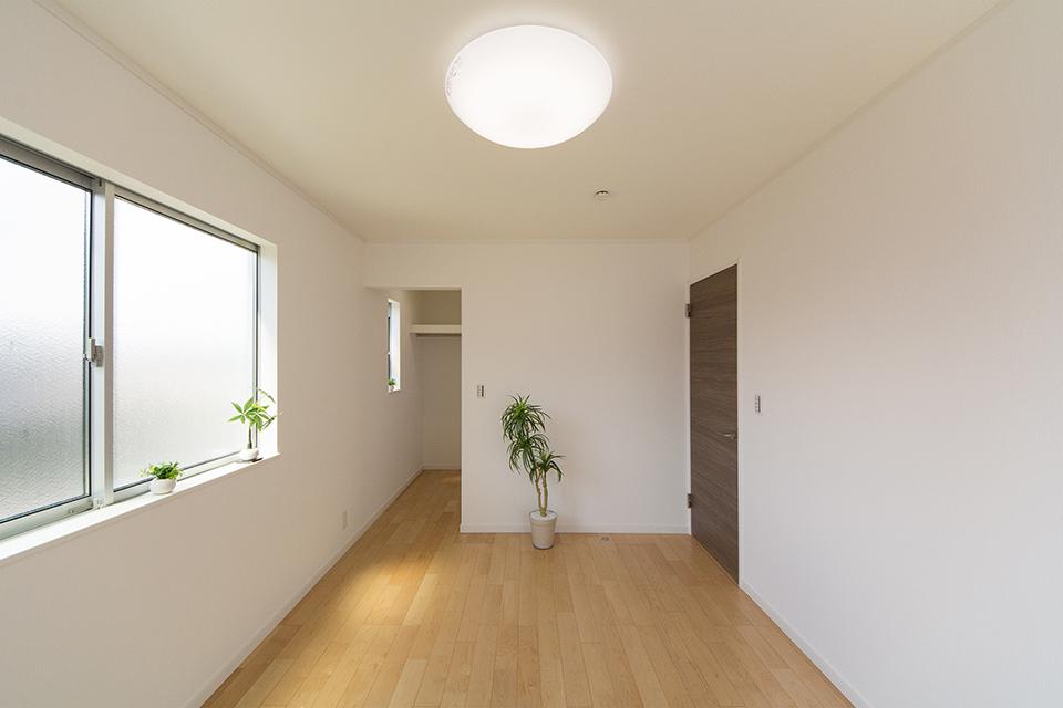 2階洋室。ハードメープルのフローリングが優しくナチュラルな空間を演出します。