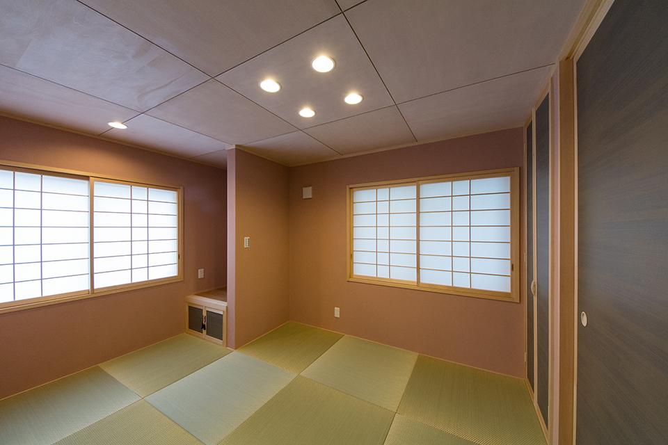 市松敷きの畳が空間を彩る寛ぎの和室。