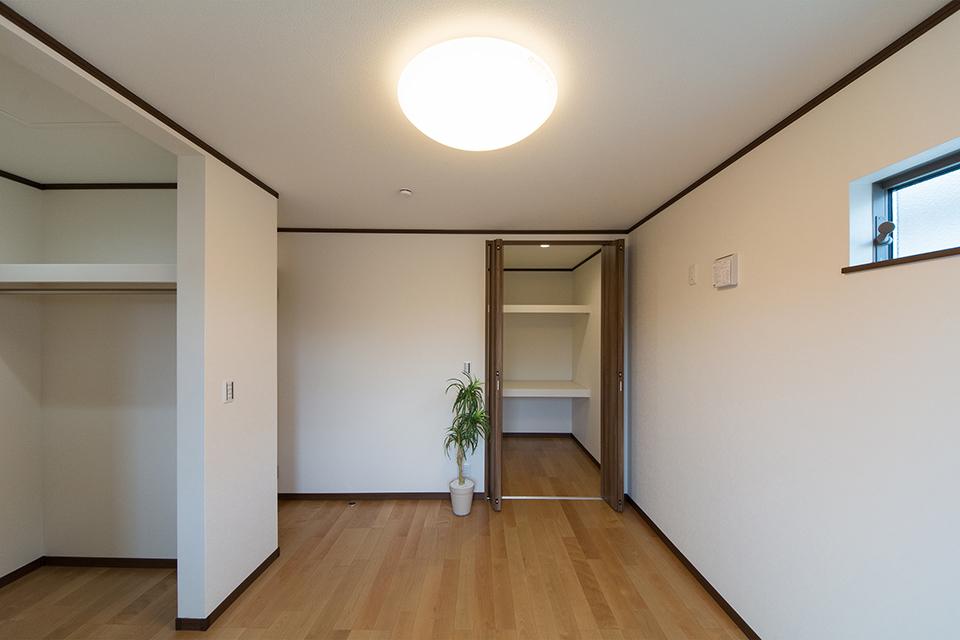 ウォークインクロゼットを2箇所設えた収納豊富な2階洋室。