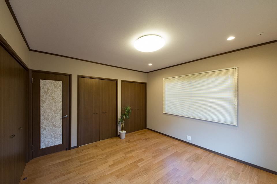 グレーのアクセントクロスでシックな雰囲気を演出した主寝室。