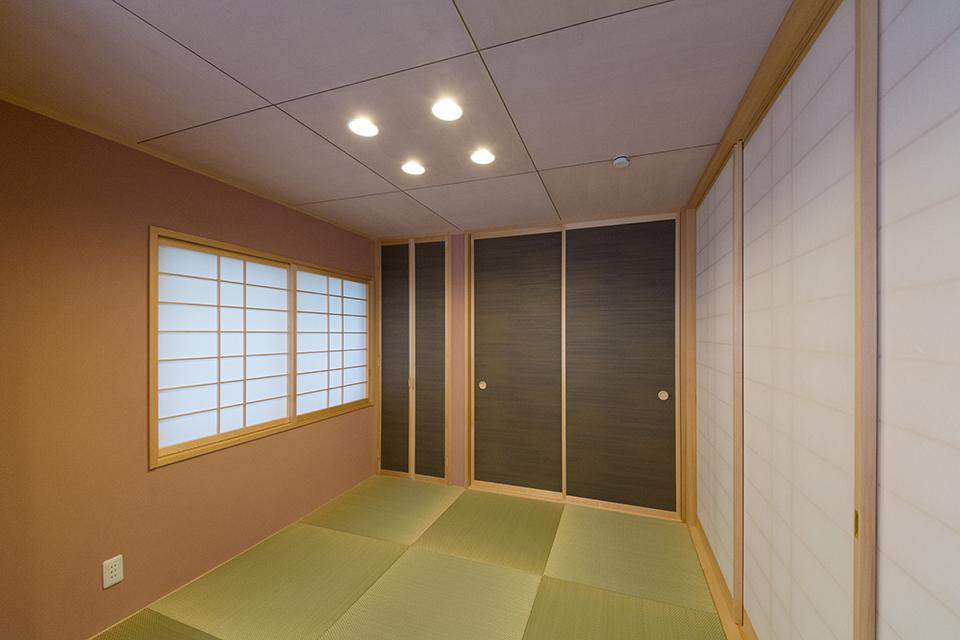 ダーク色を使った襖が空間を引き締め、モダンな雰囲気を演出。