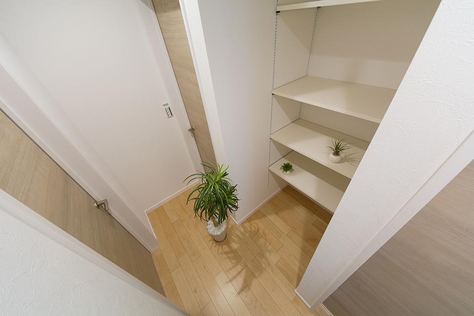 2階ホールに便利な収納棚を設えました。