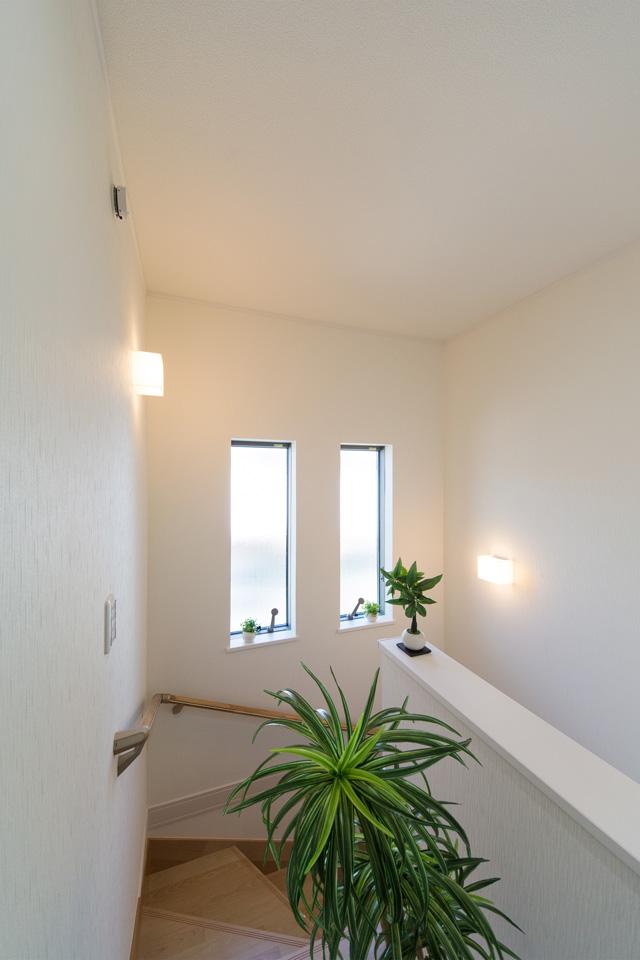 大きな窓をしつらえた、明るく開放感のある西側階段。
