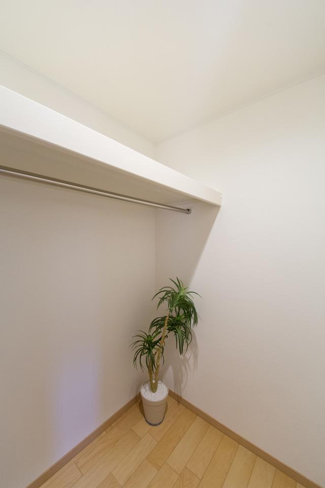 1階廊下ウォークインクローゼット内部。