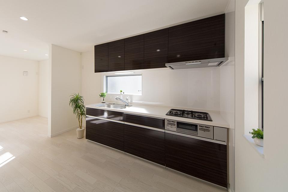 白を基調とした清潔感あるキッチン。チャコールゼブラのキッチン扉がエレガントな雰囲気を演出。