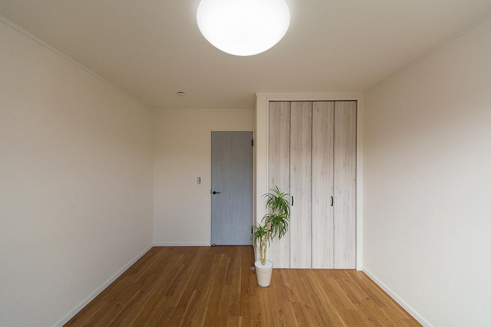 2階洋室。ブラックチェリーのフローリングと建具の配色が、ナチュラルな雰囲気を演出。