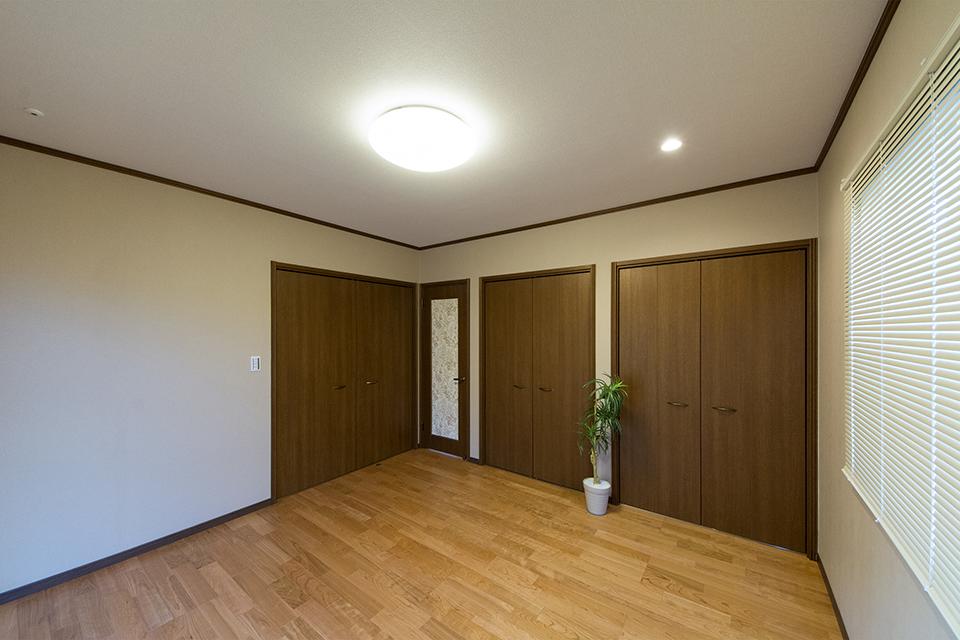室内ドアにあしらったアクセントクロスが空間のアクセントに。