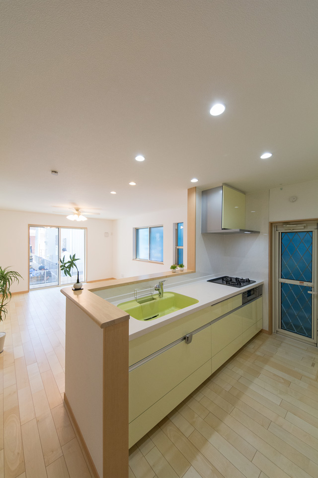 ライトグリーンのキッチン扉が爽やかな印象のキッチンスペース。