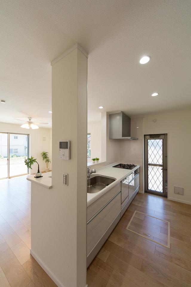 白を基調とした清潔感のある西側キッチンスペース。