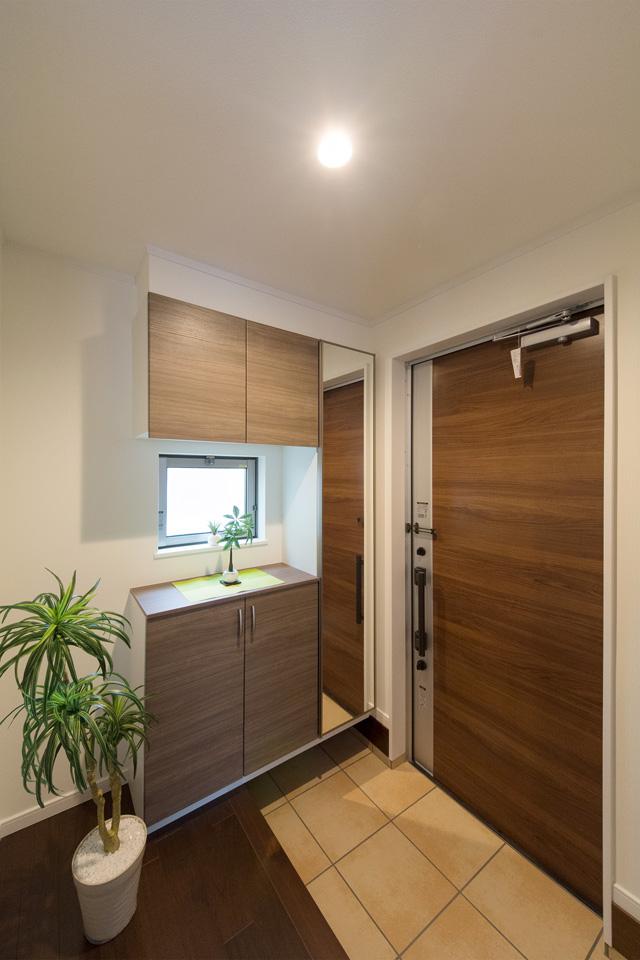 モカ色の重厚感がある玄関ドアが印象的な玄関。