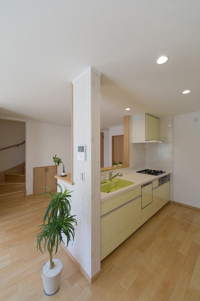 ミントグリーンのキッチンが爽やかな印象で、清潔感のある空間を演出。