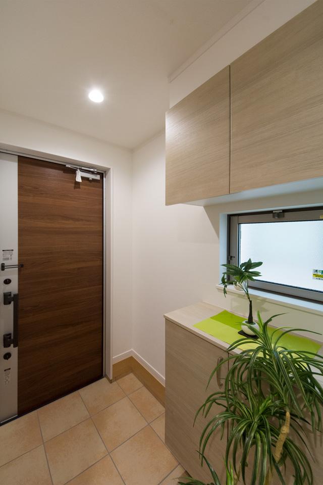 明るく開放感のある玄関スペース。