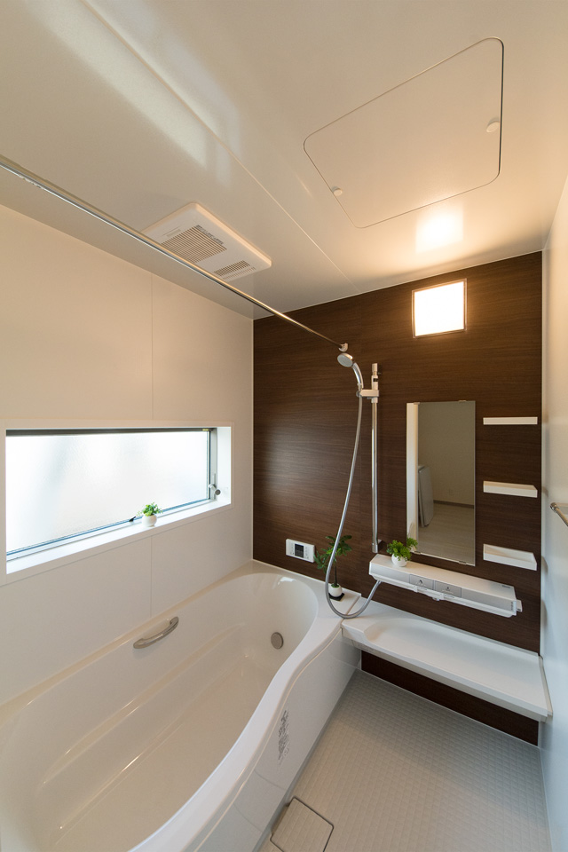 ナチュラルな配色で心地よい穏やかな空間のバスルーム。