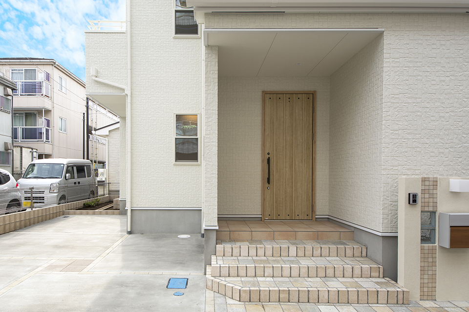 シナモンオークの玄関ドアが、ファサードに趣とあたたかみを添えています。